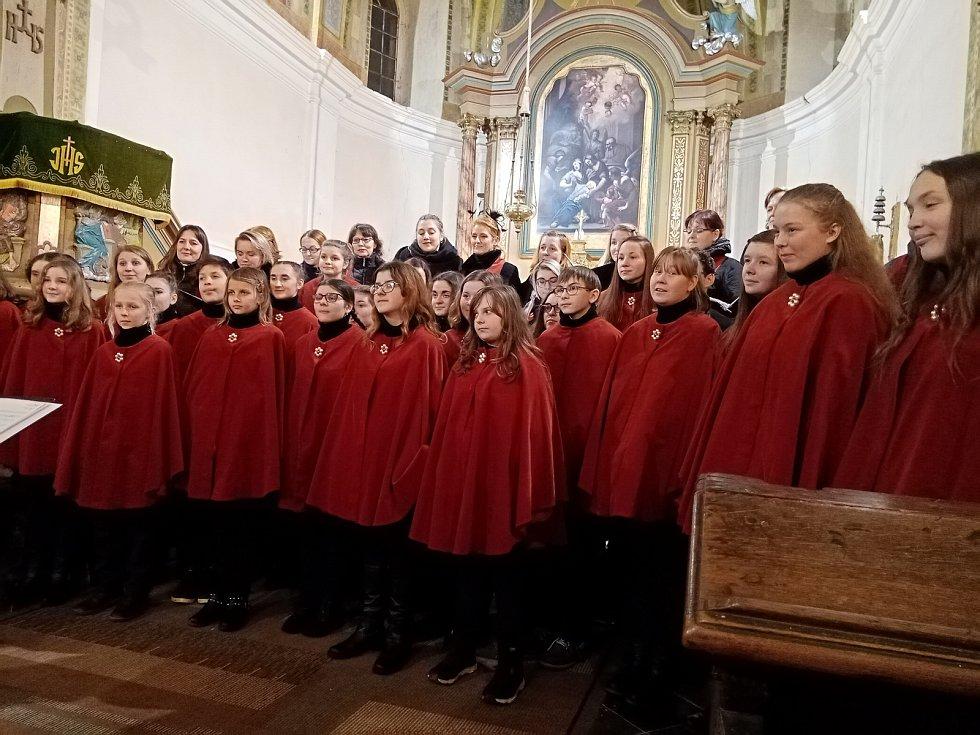 Kostel Narození Panny Marie v Úbislavicích a vystoupení sboru Jizerka ze Semil.