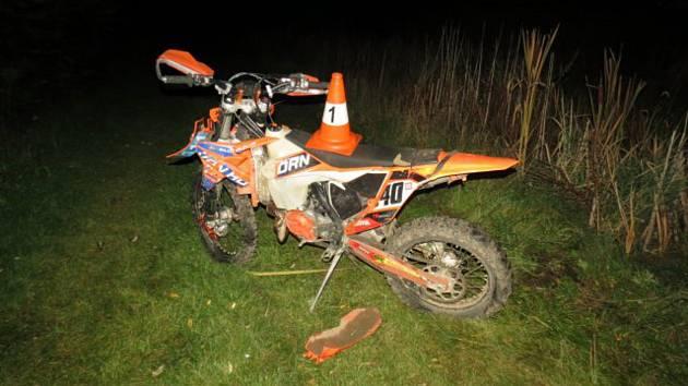 Nezodpovědný motorkář byl po nehodě s těžkými zraněními transportován do nemocnice.