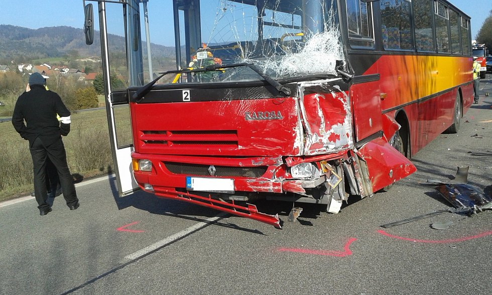 Střet automobilu s autobusem u Kněžnice.