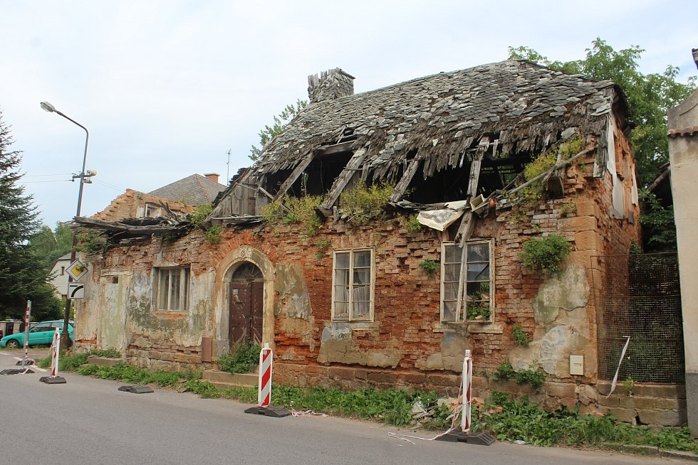 Současnost. Tzv. Divíškův barák čp. 192 v Sobotce už několik desítek let chátrá. Při větrné smršti v roce 2017 se propadla střecha.