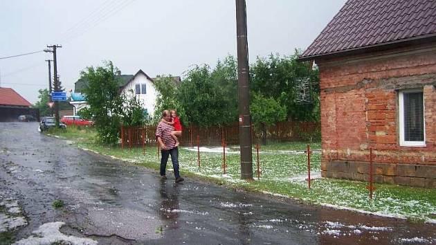 Obyvatelé Kumburského Újezdu rekapitulují rozmary počasí.