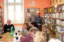 Setkání v peckovské knihovně uvádí zdejší knihovník.
