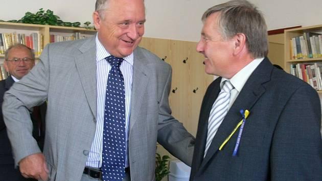 Hejtman Pavel Bradík (vlevo) se starostou Vitiněvsi Jiřím Kubelou na sjezdu rodáků a přátel obce.