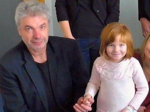 Miroslav Vobořil, organizátor benefičních koncertů, s malou Vaneskou.