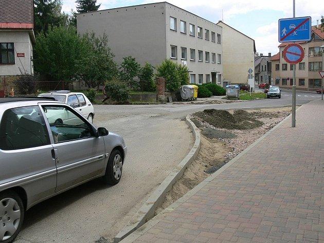 Úprava vozovky v jičínské Železnické ulici.