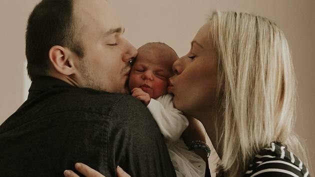 Barborka Navrátilová se narodila 24. ledna mamince Martině Chudobové a tatínkovi Markovi Navrátilovi z Jičína. Doma se na sestřičku již těší osmiletá Kristýnka. Foto: archiv rodiny
