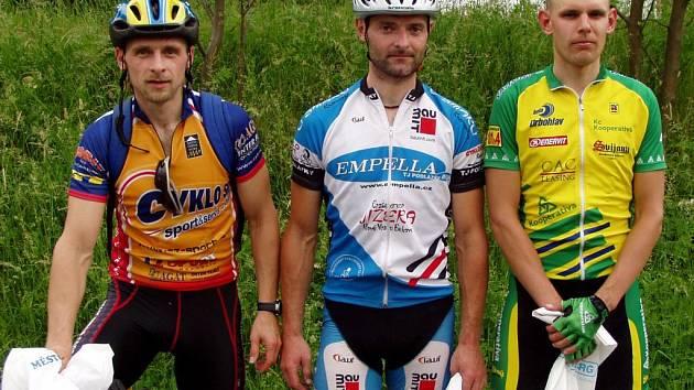 Trio medailistů z dalšího závodu Jičínské cykloligy, zleva druhý Karel Horák, vítěz Martin Šlégl a celkově třetí David Obšil.