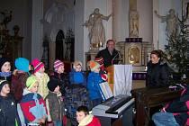 Adventní zpívání školáků z Daliborky v kostele.