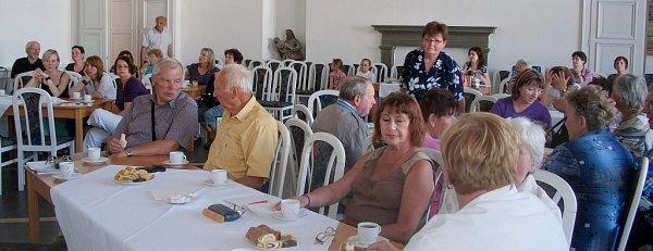 Kronikáři okresu Jičín, účastnící se semináře pořádaném muzeem a archivem vPorotním sále Jičínského zámku v24.května 2012.