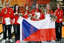 Česká kuželkářská reprezentace dorostenek se zlatými medailemi z mistrovství světa. Nikola Portyšová z Jičína na snímku třetí zleva.