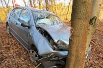Jedním lehkým zraněním skončil smyk a následný náraz do stromu nedaleko Bělé u Pecky.
