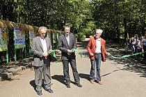 V královédvorské ZOO byla otevřena nová naučná stezka o třídění a recyklaci odpadů, zleva Otakar Ruml, Tomáš Pešek a Miroslav Špráchal.
