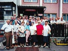 Třídní sraz bělohradských žáků, u restaurace Pardoubek, květen 2001.