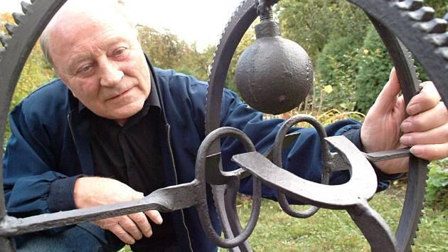 Josef Bucek se svým dílem.