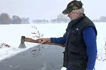 Rybáři vysekávají led na Dvoreckém rybníku kvůli rybám.
