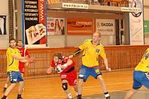 Opora v akci. Jičínský hráč Ondřej Šulc (s míčem) se snaží proniknout obranou Kopřivnice.