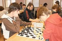 Z utkání hořických šachistů.