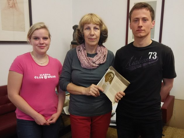ANEŽKU ČESKOU sekali z vyhnánovského pískovce tři studenti hořické školy (Jakub Teimer chybí) pod dohledem akademické sochařky Dagmar Štěpánkové (uprostřed).