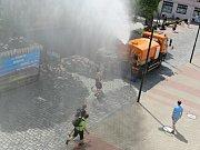 Jičínské ulice jsou ve vedrech skrápěny vodou z cisterny technických služeb.