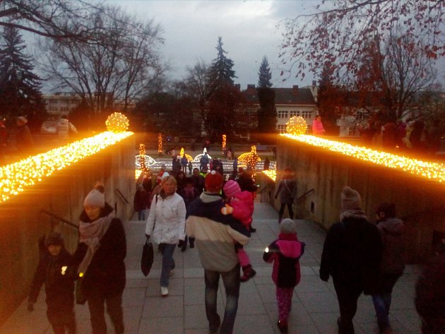 Vánoční nasvícení zámeckého parku v Jičíně.
