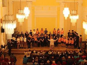 V novopackém Hotelu Centrál, který se pyšní zrekonstruovaným vchodem a částí podloubí, se odehrál adventní koncert žáků mateřské a základní školy Brána.