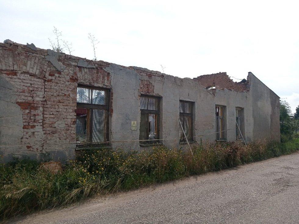 Ostudy Lázní Bělohrad, objekt za vlakovým nádražím.