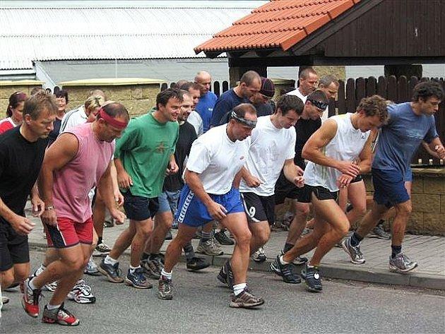 Start závodníků v běhu 6,2 km v rámci novopacké soutěže Ocelový muž.
