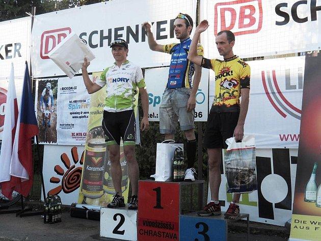 Na stupních vítězů nechyběl Dan Polman (prvý zleva) za druhé místo v kategorii.