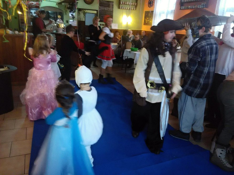 Dětský maškarní karneval v Bílsku u Hořic.