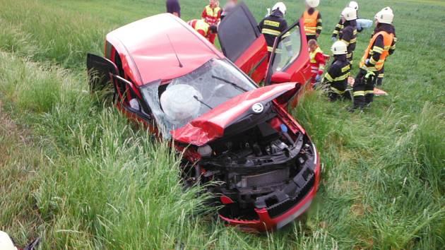 Na silnici I/35 před Úlibicemi na úrovni obce Lužany došlo v sobotu před šestou hodinou odpoledne k vážné dopravní nehodě dvou osobních vozidel.