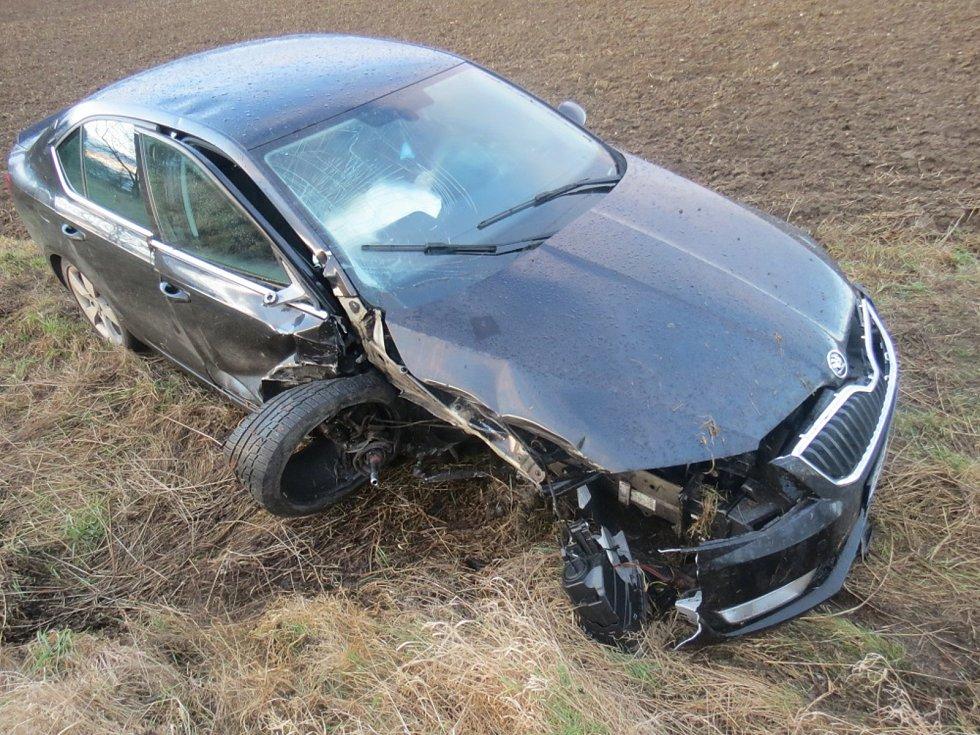 U Kozojed se řidič lekl přebíhající zvěře, strhl řízení a narazil do stromu.