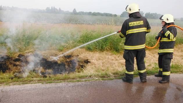 Hasiči vyjížděli ke třem požárům suché trávy