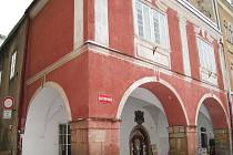 Památkově chráněný dům čp. 2 na jičínském Valdštejnově náměstí, tzv. Regentský, před rekonstrukcí.