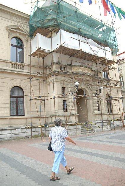 Jičínské Masarykovo divadlo je opravováno.