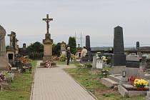 Památka zesnulých - lidé využili víkendu k návštěvě hrobů