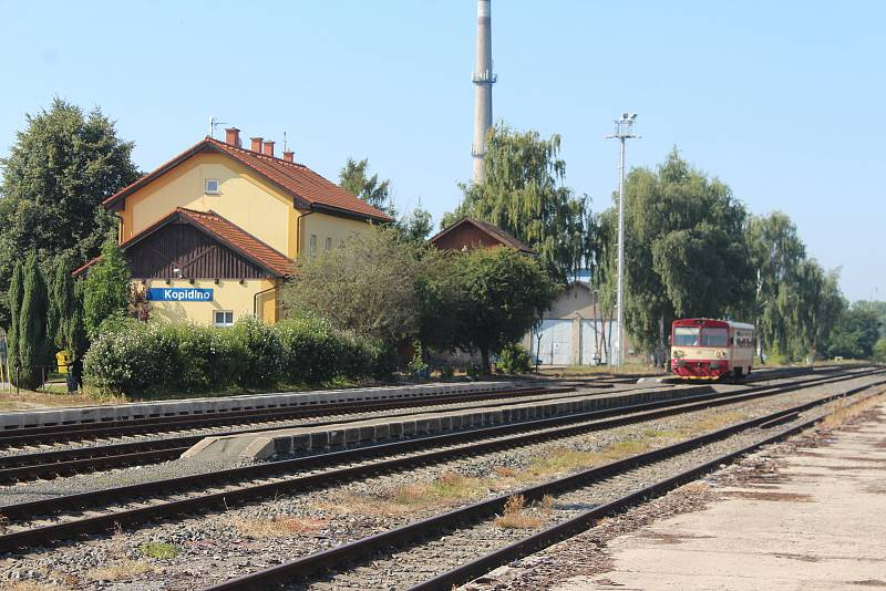 Vlaky mezi Nymburkem a Jičínem čekají na stanici Kopidlno desítky minut. Dopravu urychlí nová výhybna.