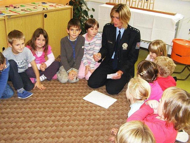 Policejní tisková mluvčí Hana Klečalová mezi dětmi ostroměřské ZŠ.