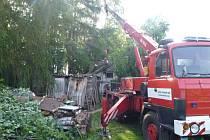 Vzrostlý strom spadl v obci Studénka na štít rodinného domu.