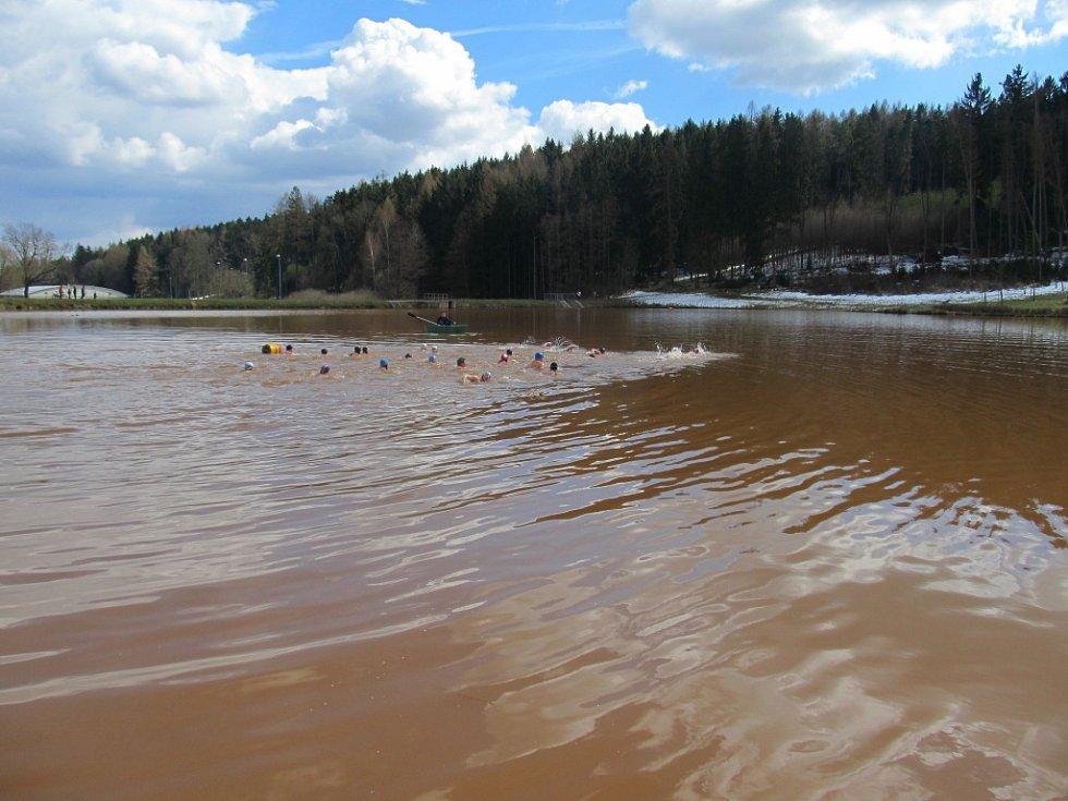 Zimní plavání v rybníku Bahňák.