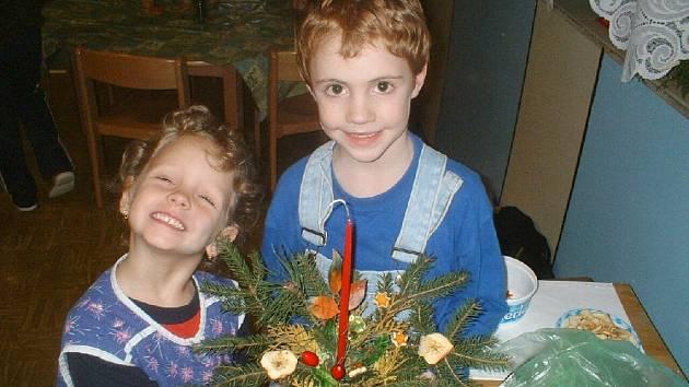 Barborka se starším bratem Patrikem vyrobili pěkný svícen.