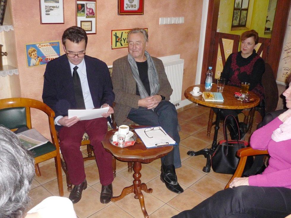 Beseda s Tomášem Czerninem v libáňské cukrárně.