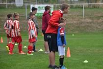 ONDŘEJ DRAHOŇOVSKÝ utěšuje z pozice trenéra svého nejmladšího svěřence v utkání podzimní části sezony, ve kterém se střetla Železnice s Kopidlnem.