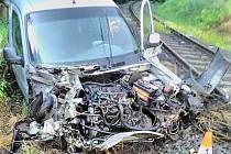 Po střetu auta s vlakem byl jeden člověk zraněn, druhý vyvázl bez zranění