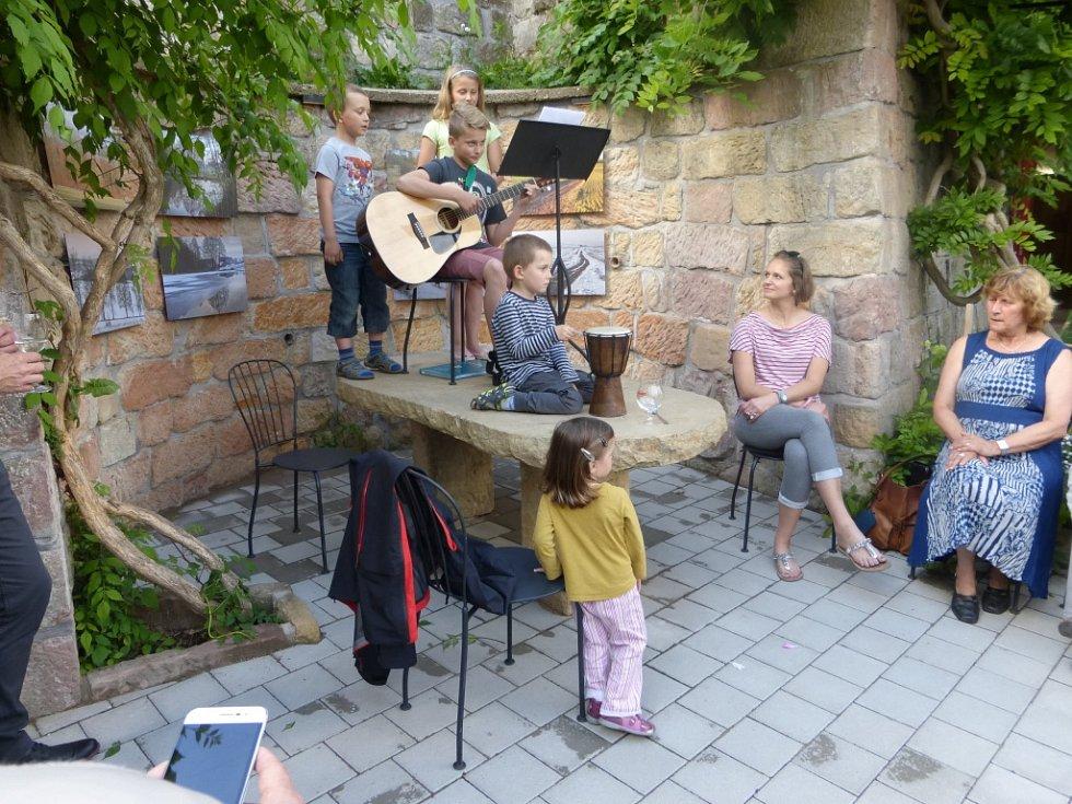 Divadelní představení v bývalé židovské škole.