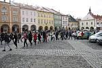 Řetěz studentů na jičínském náměstí.