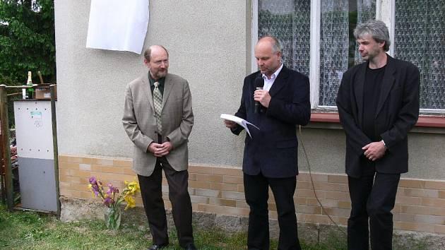 Z odhalení pamětní desky na domku rodiny Krejčových a Procházkových v Ostroměři.