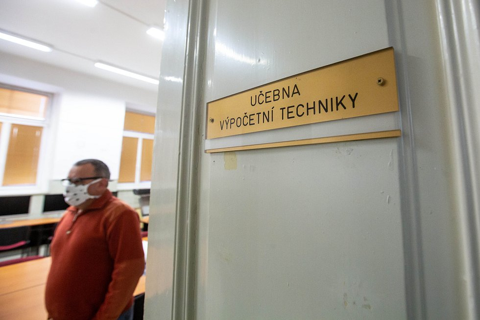 V kamenické škole v Hořicích vyrábí na 3D tiskárnách ochrané štíty.