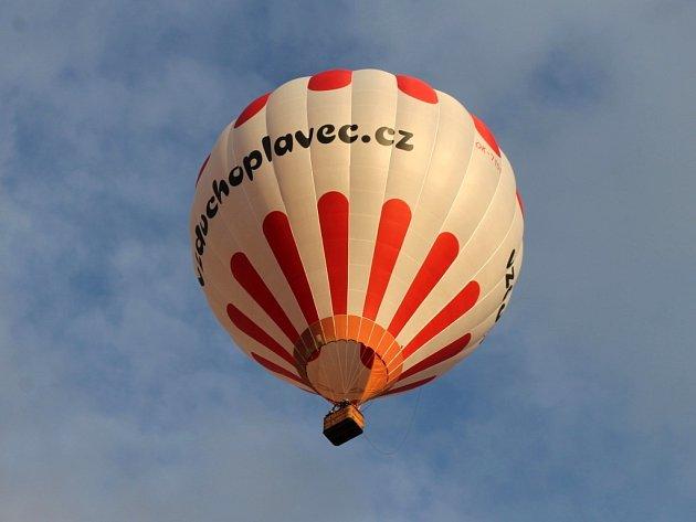 Vzlet balónu z jičínského náměstí.