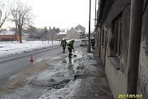 Zásah kopidlenských hasičů u vodovodního potrubí prasklého mrazem.