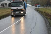 Poškozená silnice u Lužan k Bělohradu.